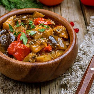 Салат с печеными овощами, кинзой и грецким орехом.<br>170 гр.