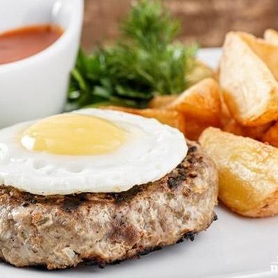 Бифштекс с яйцом и картофелем по-деревенски. Подается с кетчупом.<br>150/50/150/50 гр.